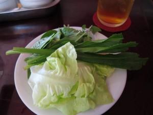 Zelenina a bylinky k phở bò tái