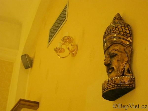Socha buddhy ve vietnamské restauraci Madame Lyn
