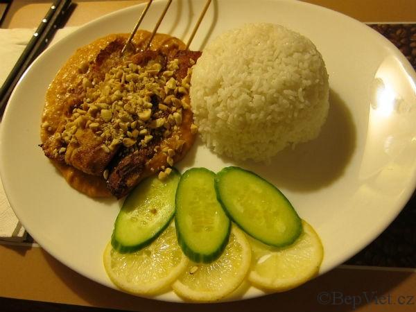 ga satay ve vietnamské restauraci madame lyn